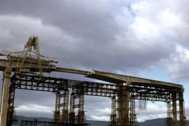 Centre span of Tasman Bridge under construction